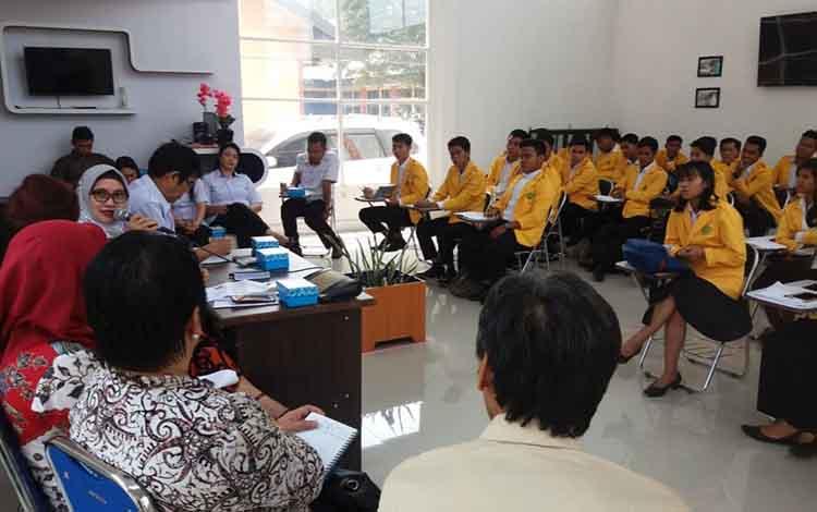 Puluhan mahasiswa Universitas Palangka Raya atau UPR menjalani Program Pengalaman Lapangan (PPL) di Sekolah Menengah Kejuruan Negeri (SMKN) 1 Palangka Raya, Rabu 25 September 2019.