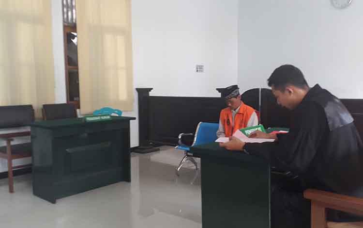 Pelaku penadah ponsel curian, Sar, dituntut JPU kurungan penjara selama 8 bulan, saat sidang di Pengadilan Negeri Pangkalan Bun, Rabu, 25 September 2019.