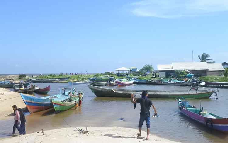 Sejumlah perahu nelayan saat tidak melaut. Saat ini kondisi sosial ekonomi nelayan di Kotawaringin Timur berada pada posisi rawan di garis kemiskinan.