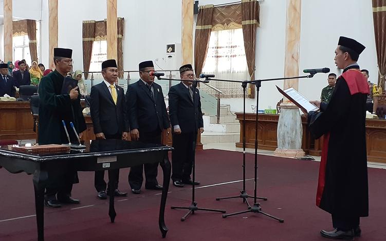 Unsur pimpinan DPRD Kabupaten Sukamara masa jabatan 2019 - 2024 resmi dilantik, Rabu, 25 September 2019. Prosesi pengambilan sumpah janji mereka dipimpin Ketua Pengadilan Negeri Pangkalan Bun.