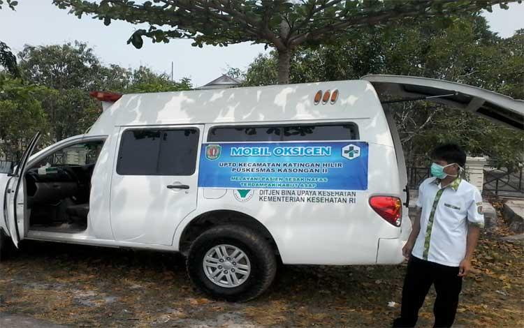 Mobil oksigen keliling sedang mangkal di jalan komplek perkantoran sekitar Bundaran Durian Kasongan, Rabu, 25 September 2019 untuk melayani pasien