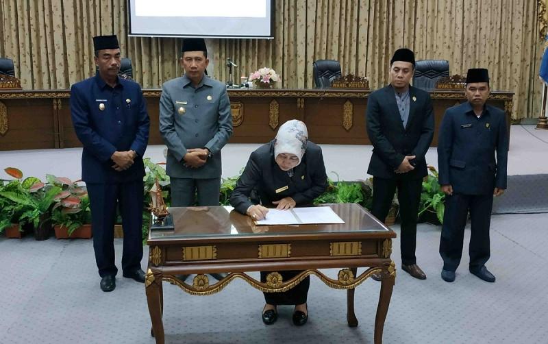 Ketua DPRD Barito Utara, Meri Rukaini menandatangani berita acara persetujuan Raperda APBD Perubahan 2019. Seluruh fraksi DPRD menyetujui raperda itu ditetapkan menjadi perda.