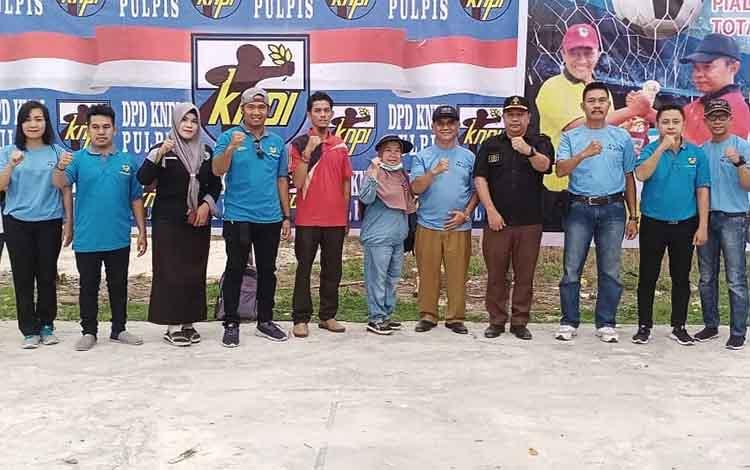 Kepala Dinas Pemuda dan Olahraga Pulang Pisau, Herto saat foto bersama dengan pengurus DPD KNPI Pulang Pisau. Herto mengapresiasi KNPI yang melaksanakan KNPI Cup I di Pulang Pisau tersebut.