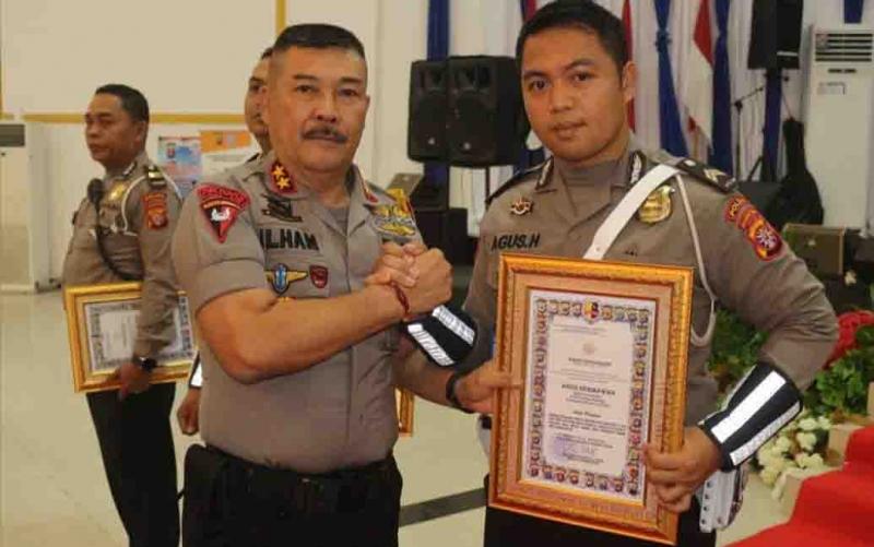 Salah satu personel Ditlantas Polda Kalteng  yang menerima penghargaan dari Kapolda Kalteng. Total enam personel menerima penghargaan karena menggagalkan peredaran narkoba dan curanmor.