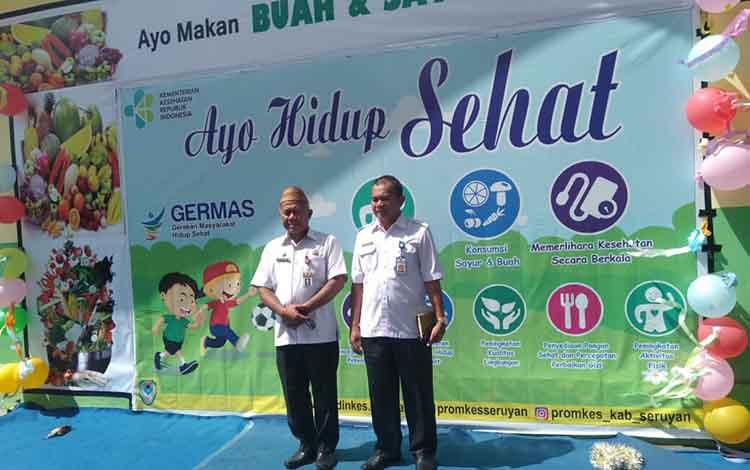Asisten III Administrasi Umum Setda Seruyan Agus Suharto didamping Kepala Dinkes Mahdiniansyah saat membuka acara Germas pola hidup sehat di Kuala Pembuang, Rabu 25 September 2019.