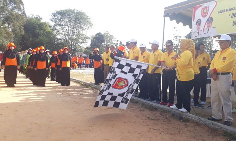 Bupati Kotawaringin Barat (Kobar) Hj Nurhidayah melepas ratusan regu lomba gerak jalan dalam rangka  memperingati HUT Kotawaringin Barat ke-60, di Stadioan Sampuraga, Rabu, 25 September 2019.