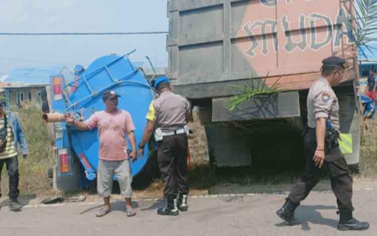 Dua truk yang mengalami tabrakan di Jalan Ahmad Yani Km 48 Desa Pangkalan Dewa, Kecamatan Pangkalan Lada, Kabupaten Kobar, Rabu, 25 September 2019