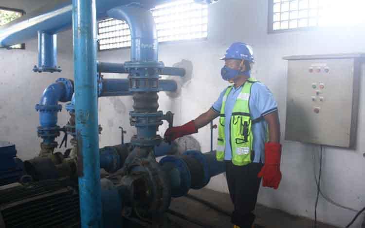 Teknisi PDAM Tirta Arut saat sedang bertugas. Turunnya debit air Sungai Arut di Kabupaten Kotawaringin Barat akibat musim kemarau menyebabkan air laut masuk. Kondisi ini berdampak pada perubahan rasa air sungai yang belakangan menjadi payau.