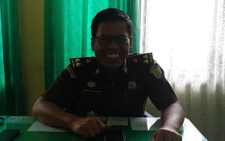 Kasi Penkum Kejati Kalteng Rustianto saat diwawancara terkait Penggeledahan pada PDAM Kabupaten Kapuas.