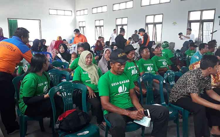 Personel Badan Penanggulangan Bencana Daerah (BPBD) Kobar membagikan masker kepada peserta peresmian Desa Sadar Jaminan Sosial Ketenagakerjaan, Kamis, 26 September 2019.