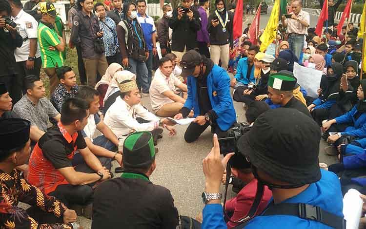 Anggota legislatif saat mendengarkan tuntutan mahasiswa Kotim yang mengggelar aksi demo menolak RUU KUHP dan UU KPK, Kamis, 26 September 2019.