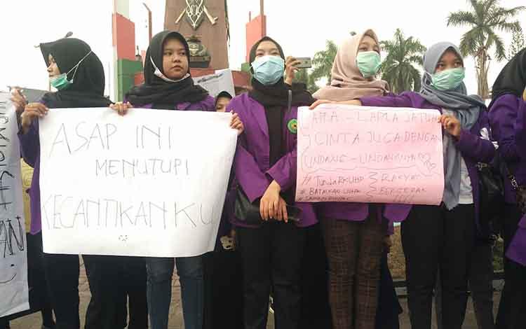Mahasiswi Kotim gelar demo menuntut pemerintah menindak tegas pelaku pembakar lahan di Kotim, Kamis, 26 September 2019.