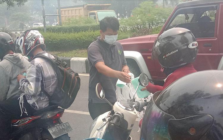 Lindungi warga dari paparan asap, CBI Group bagi belasan ribu masker di Palangka Raya, Kamis 26 Sept