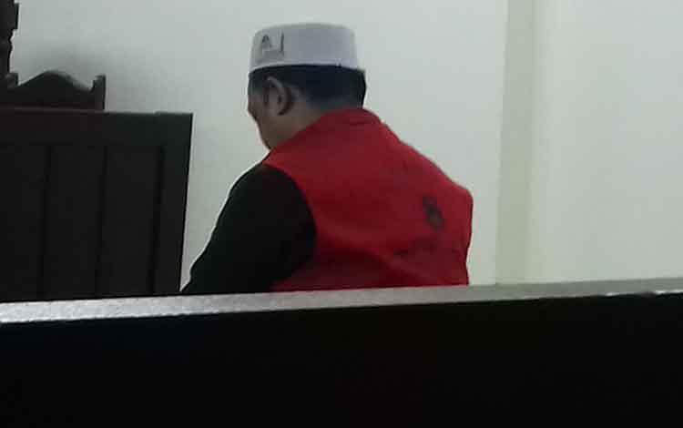 KWA, terdakwa sabu saat bersama penasihat hukumnya, di Pengadilan Negeri Sampit, Kamis, 26 September 2019.