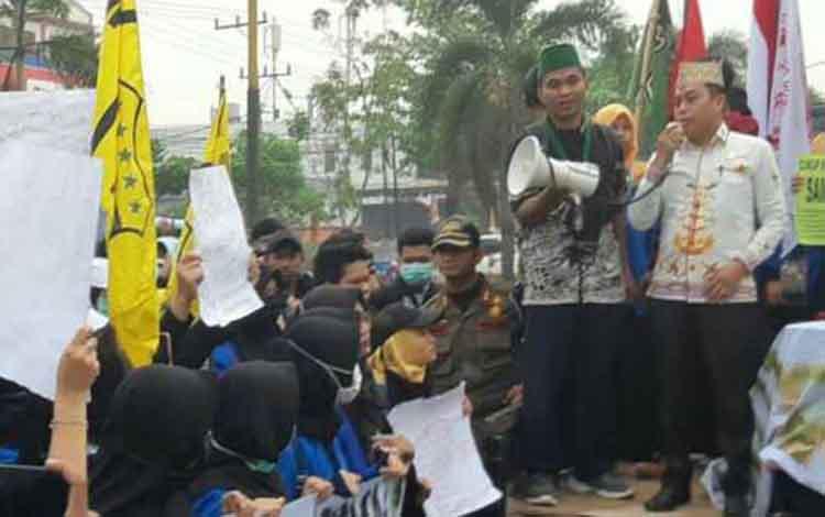 Ketua Sementara DPRD Kotim Rimbun saat menerima mahasiswa dalam aksi, Kamis, 26 September 2019. Dia juga mengapresiasi dengan aksi demo mahasiswa yang sudah menyampaikan aspirasinya dengan tertib.