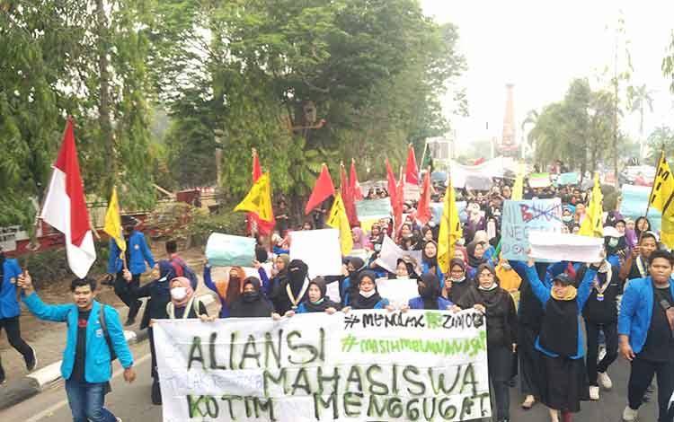 ejumlah pelajar sempat berniat masuk ke dalam barisan aksi demo ratusan mahasiswa di Sampit, Kabupaten Kotawaringin Timur (Kotim), Kamis, 26 September 2019.