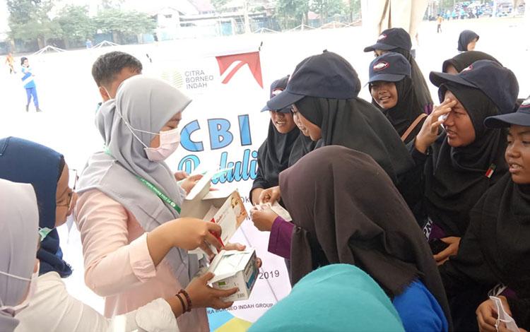 Sejumlah karyawan Citra Borneo Indah atau CBI Group membagikan gratis ribuan masker kepada warga Pan