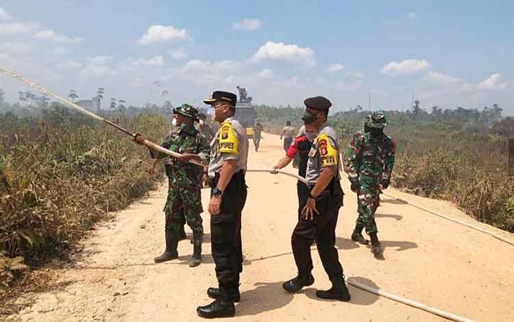 Kapolres Barito Utara AKBP Dostan Matheus Siregar turun langsung dan berjibaku memadamkan api yang membakar hutan dan lahan di Desa Trahean, Kecamatan Teweh Selatan, Kamis, 26 September 2019.