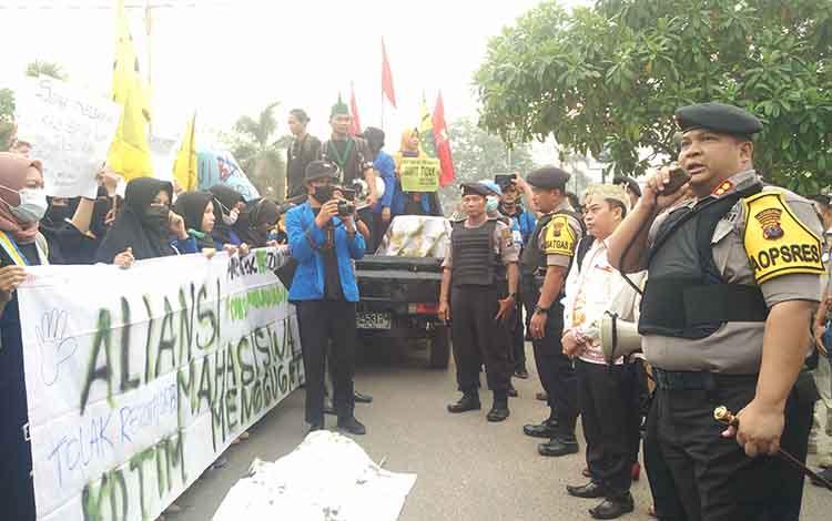 Kapolres Kotim, AKBP Mohammad Rommel saat memberikan imbauan kepada para mahasiswa yang menggelar aksi. Ratusan polisi diterunjukan untuk mengamankan aksi demo mahasiswa di Sampit, Kamis, 26 September 2019.