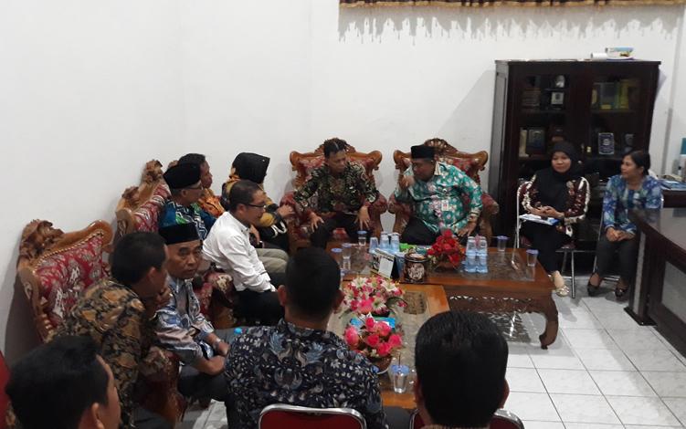 Sekteraris DPRD Kabupaten Kapuas Hidayatullah saat menerima kunjungan kerja anggota DPRD Kabupaten Hulu Sungai Utara di ruang Sekwan, Kamis, 26 September 2019.