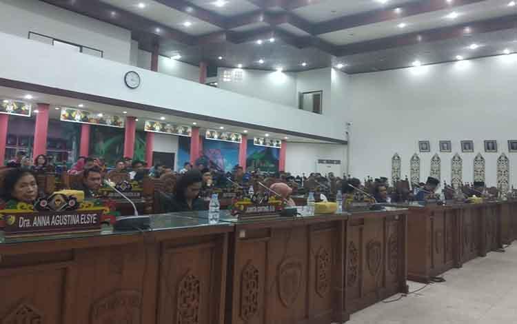 Paripurna DPRD Kota Palangka Raya, Politikus PDI-P, Nenie Adriati Lambung diberi mandat untuk menjadi Ketua Komisi B DPRD Kota Palangka Raya, di ruang paripurna, Kamis, 26 September 2019.