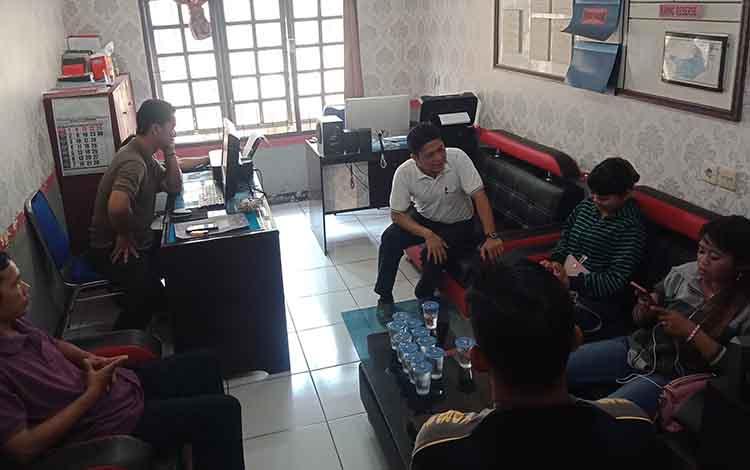 Pertemuan pihak Disdalduk KBP3A Murung Raya bersama orangtua bocah kelas 1 SD di Polsek Murung, Jumat, 27 September 2019.