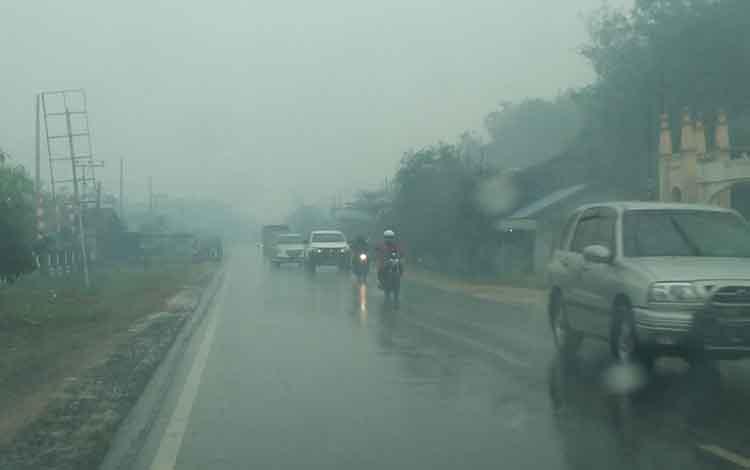 Hujan lebat mengguyur Jalan Tjilik Riwut, daerah Kecamatan Kota Besi. Saat ini beberapa kecamatan di Kotim diguyur hujan deras, Jumat, 27 September 2019.