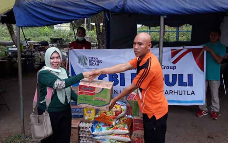 Tim Peduli CBI Group membagikan bantuan logistik kepada lima posko satgas karhutla di Palangka Raya, Jumat 27 September 2019