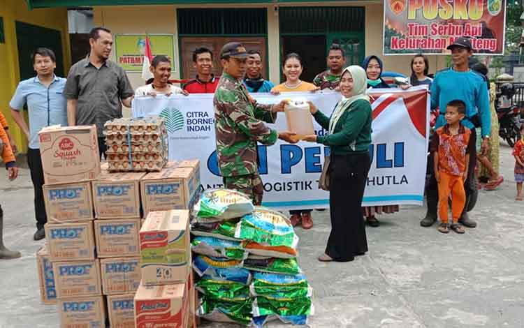 Perwakilan Citra Borneo Indah (CBI) Group, Palangka Raya melakukan aksi sosial dengan menyalurkan bantuan logistik berupa sembako dengan sasaran Posko Satgas Karhutla, Jumat, 27 September 2019.