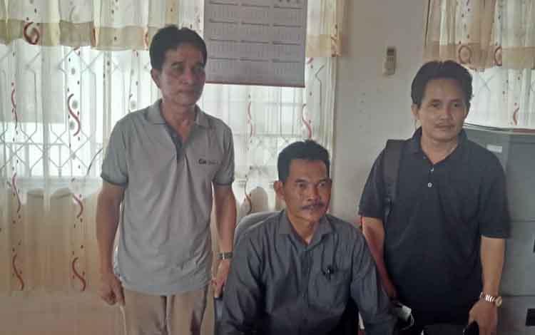 (tengah) Kabid Administrasi dan Kelembagaan Desa, Samsul Bahri didampingi Kasi Bina Adminitrasi pemerintah Desa Albertus (kiri). DSPMD Barito Selatan Distribusikan logistik Pilkades Serentak.