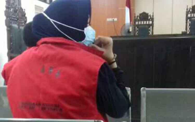 Ris, terdakwa kasus ujaran kebencian saat di Pengadilan Negeri Sampit, Jumat, 27 September 2019.