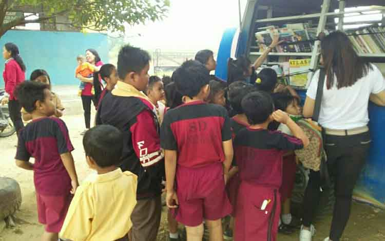 Mobil perpustakaan keliling milik Dinas Perpustakaan dan Kearsipan atau DPK Kabupaten Gunung Mas memberikan pelayanan ke Kelurahan Tewah, Kecamatan Tewah, Jumat, 27 September 2019.