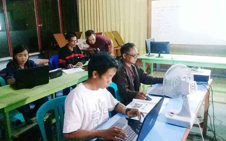 aparat desa Sampirang I, Kecamatan Teweh Timur  saat mengikuti pelatihan dasar komputer  ruang belajar PKBM Harapan Kita Muara Teweh