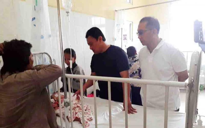 Bupati Pulang Pisau, Edy Pratowo saat menjenguk bayi penderita leukositosis di RSUD, Jumat, 27 September 2019.