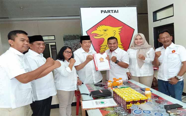 Taufiq Mukri bersama Supriadi resmi mendaftar ke DPD Partai Gerindra Kalteng di Palangka Raya untuk maju bakal calon Bupati Kotawaringin Timur di Pilkada 2020, Sabtu, 28 September 2019