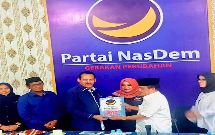 Ketua DPW Nasdem Kalteng Faridawaty menerima berkas pendaftaran dari Abdul Razak sebagai bakal calon gubernur Kalteng