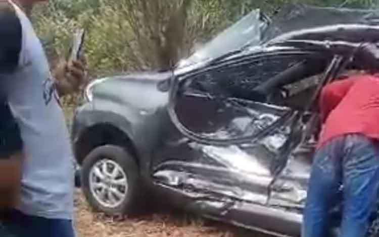 Mobil yang dikendarai Kasubag Keuangan Dinas Pertanian, Pangan dan Perikanan Kabupaten Katingan mengalami kecelakaan. Kondisi mobil rusak, sedangkan korban tewas