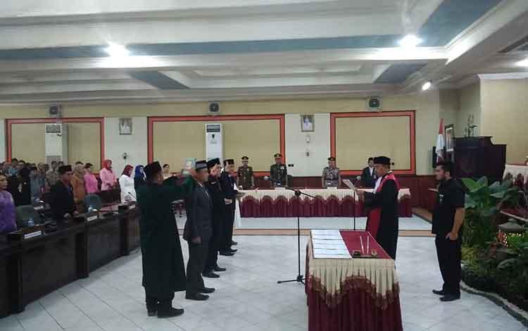 Ketua PN Tamiang Layang Maskur Hidayat melantik Tiga Unsur pimpinan DPRD Barito Timur
