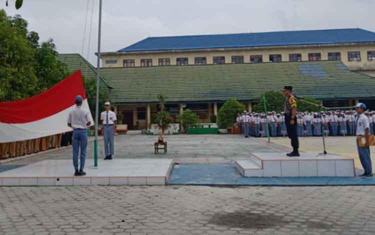 Jadi Pembina Upacara Bendera Di SMAN 1 Palangka Raya, Wakapolres Minta Pelajar Hidupi Nilai Kebangsaan