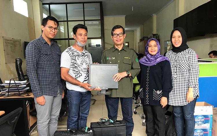 PT Tanjung Sawit Abadi atau PT TSA memberikan bantuan berupa dua set komputer ke Desa Sungkup, Kecam