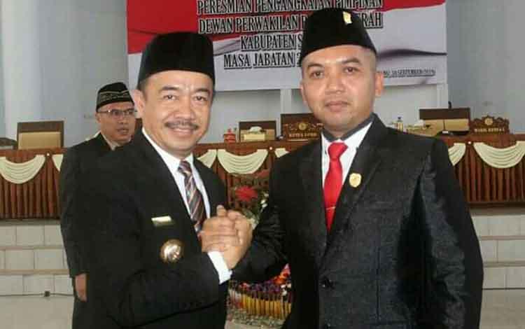 Bupati Seruyan Yulhaidir (kiri) ketika memberikan ucapan selamat kepada Zuli Eko Prasetyo seusai dilantik sebagai Ketua DPRD Seruyan, Senin 30 September 2019