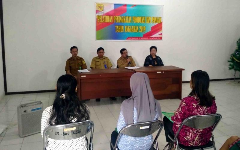 Sekretaris Disperindag Kabupaten Gunung Mas, Konten Bakti saat membuka pelatihan peningkatan produksi IKM Pangan, di aula kantor Disperindag setempat, Senin, 30 September 2019.