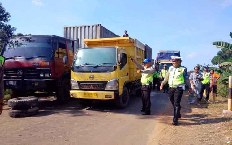Anggota Satlantas Polres Pulang Pisau saat melakukan evakuasi truk di Jembatan Mintin Pulang Pisau yang bikin macet Senin, 30 September 2019 siang