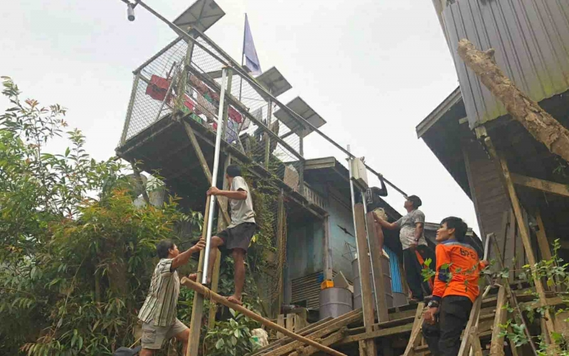 Pemasangan alat peringatan dini banjir di Desa Sei Pinang, Kecamatan Mandau Talawang, Senin, 30 September 2019.