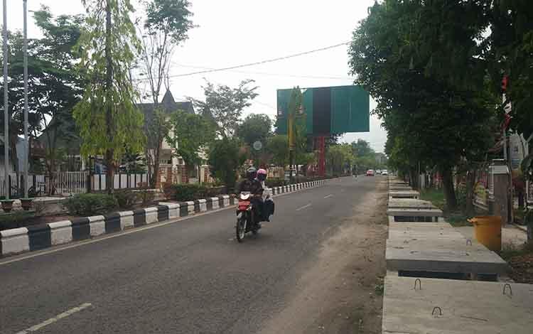Kondisi cuaca di Jalan Ahmad Yani Sampit, yang diguyur hujan dengan intensitas rendah. Saat ini kualitas udara di Sampit sudah masuk dalam kategori baik pasca dilanda kabut asap, Senin, 30 September 2019