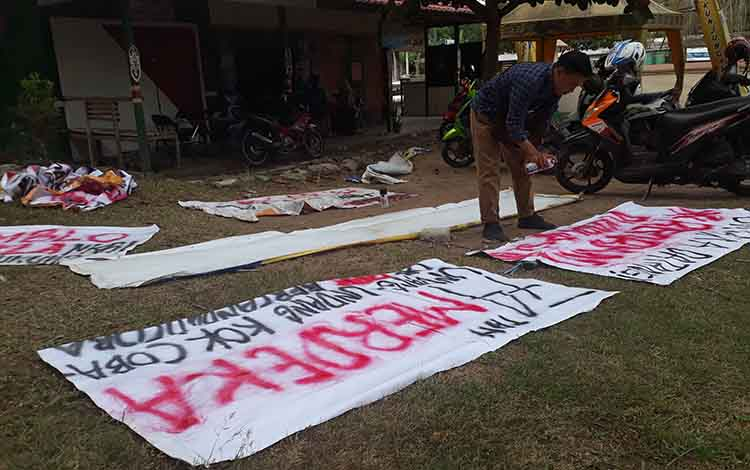 Besok Mahasiswa Untama akan gelar aksi damai di Kantor DPRD Kotawaringin Barat, nampak mahasiswa sedang mempersiapkan logistik di Kampus Untama, Senin, 30 September 2019.