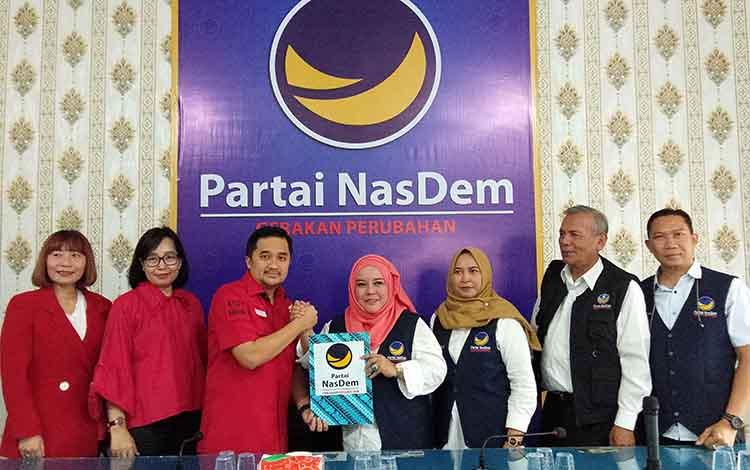 Asdy Narang mendaftar ke Partai Nasdem untuk menjadi bakal calon gubernur Kalteng di pilkada 2020. Ketua DPW Partai Nasdem Kalteng Faridawaty Darlan Atjeh menerimclangsun pendaftaran Asdy Narang.