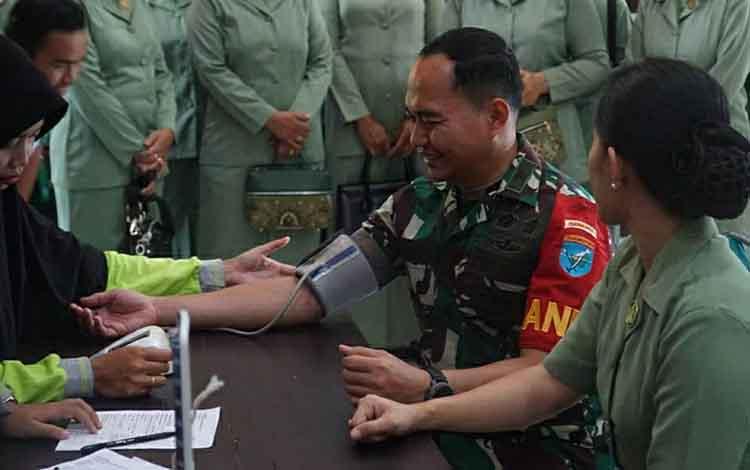 Dandim 1011 Klk Letkol Kav Kristianto Bawono ikut mendonor darah menyambut HUT ke-74 TNI, Selasa, 1 Oktober 2019. Dari bakti sosial yang dilaksanakan di aula Mako Kodim itu dihasilkan 31 kantong darah.
