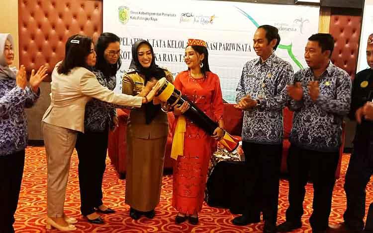 Wakil Wali Kota Palangka Raya, Umi Mastikah membuka pelatihan tata kelola destinasi wisata. Pemko Palangka Raya mengusahakan pariwisata bisa menyumbang PAD