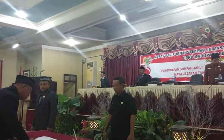 Anggota DPRD Bartim H Rusli menandatangani berita acara sumpah janji pelantikan.